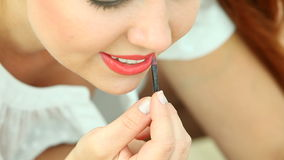 Frau, die Make-up auf Strand anwendet stock footage