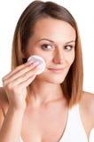 Frau, die Make-up entfernt Stockfotografie