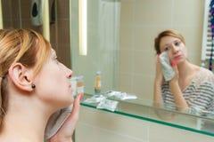 Frau, die Make-up entfernt lizenzfreies stockbild