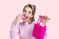 Frau, die Makrone isst Stockfotos