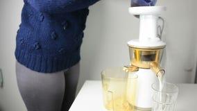 Frau, die Mandelmilch zubereitet stock footage