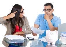 Frau, die am Mann für zu viel Geld diesen Monat ausgeben und die Rettung nicht genug wütend wird Stockbilder