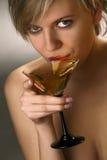 Frau, die Martini-Cocktail trinkt Lizenzfreies Stockbild