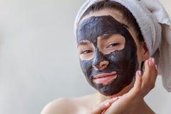 Frau, die Maske auf Gesicht anwendet lizenzfreies stockfoto