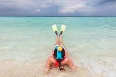 Frau, die Maske schnorchelnd tragen und Flossen bereit, im Ozean, Malediven zu schnorcheln Lizenzfreie Stockfotos