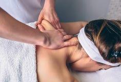Frau, die Massage auf Schultern in der klinischen Mitte empfängt Stockfoto