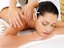 Frau, die Massage der Karosserie im Badekurortsalon hat lizenzfreies stockbild