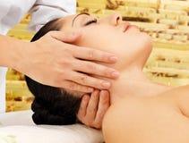 Frau, die Massage des Halses im Badekurortsalon hat stockbild