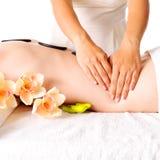 Frau, die Massage des Körpers im Badekurortsalon hat Stockfoto