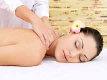 Frau, die Massage des Kopfes im Badekurortsalon hat Lizenzfreies Stockbild
