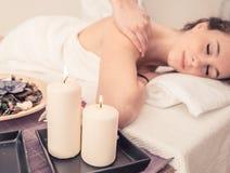 Frau, die Massage in einem Schönheitssaal macht Lizenzfreies Stockbild