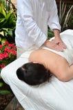 Frau, die Massage empfängt Stockfotografie
