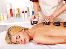 Frau, die Massage erhält. Lizenzfreie Stockbilder