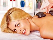 Frau, die Massage erhält. Lizenzfreies Stockbild
