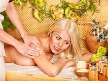 Frau, die Massage erhält. Lizenzfreies Stockfoto