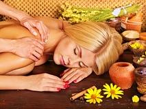 Frau, die Massage erhält. Stockfoto