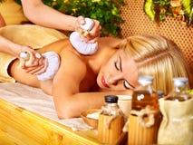 Frau, die Massage erhält. Stockbilder