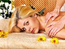 Frau, die Massage erhält. Stockbild