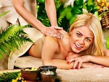 Frau, die Massage erhält. Lizenzfreie Stockfotografie