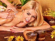 Frau, die Massage erhält Lizenzfreie Stockfotografie