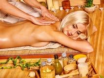 Frau, die Massage erhält Stockfoto