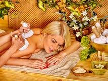 Frau, die Massage erhält Stockfotos