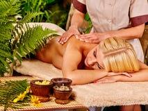 Frau, die Massage erhält Lizenzfreies Stockbild