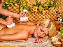 Frau, die Massage erhält Lizenzfreie Stockfotos