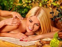 Frau, die Massage erhält Stockfotografie