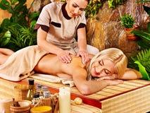 Frau, die Massage im Badekurort erhält. Lizenzfreie Stockfotos
