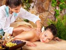 Frau, die Massage im Badekurort erhält. Stockfoto