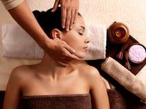 Frau, die Massage im Badekurortsalon hat stockfotografie
