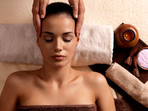 Frau, die Massage im Badekurortsalon hat lizenzfreie stockfotografie