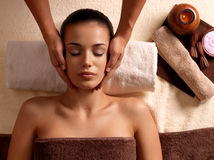 Frau, die Massage im Badekurortsalon hat lizenzfreies stockfoto