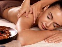Frau, die Massage im Badekurortsalon hat lizenzfreie stockbilder
