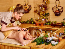 Frau, die Massage im Bambusbadekurort erhält Stockfotografie