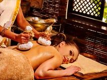 Frau, die Massage mit Beutel hat Stockbild