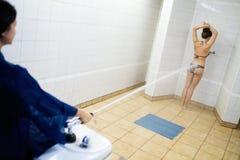Frau, die Massage mit Sharko-Dusche hat Lizenzfreie Stockbilder