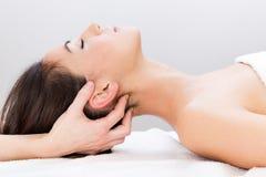 Frau, die Massage am Schönheitsbadekurort genießt Stockfotografie