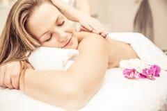 Frau, die Massagen macht lizenzfreies stockfoto