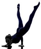 Frau, die Mayurasana-Pfauhaltungs-Yogaschattenbild ausübt Stockbild
