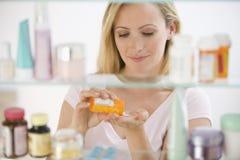 Frau, die Medizin erhält Stockfoto