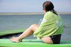 Frau, die Meer betrachtet stockfoto