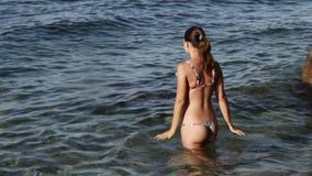 Frau, die in Meer nennt Lizenzfreie Stockbilder