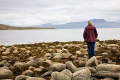 Frau, die Meer, Schottland betrachtet Stockfotos