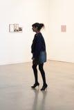 Frau, die Miart 2014 in Mailand, Italien besucht Stockfotos