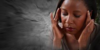 Frau, die Migränekopfschmerzen hat stockfotografie