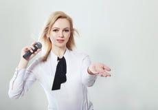 Frau, die Mikrofon hält Lizenzfreies Stockfoto