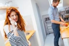 Frau, die mit ankommenden Gästen auf Wechselsprechanlage spricht stockbild