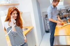 Frau, die mit ankommenden Gästen auf Wechselsprechanlage spricht lizenzfreies stockfoto